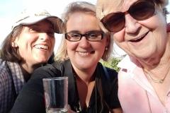 Drei fröhliche Damen