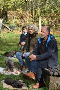 Zuschauer mit entspannten Hunden